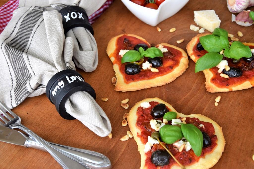 Ein DIY mit ganz viel Amore! Serviettenringe zum Selbstbeschriften und Pizzen inHerzform