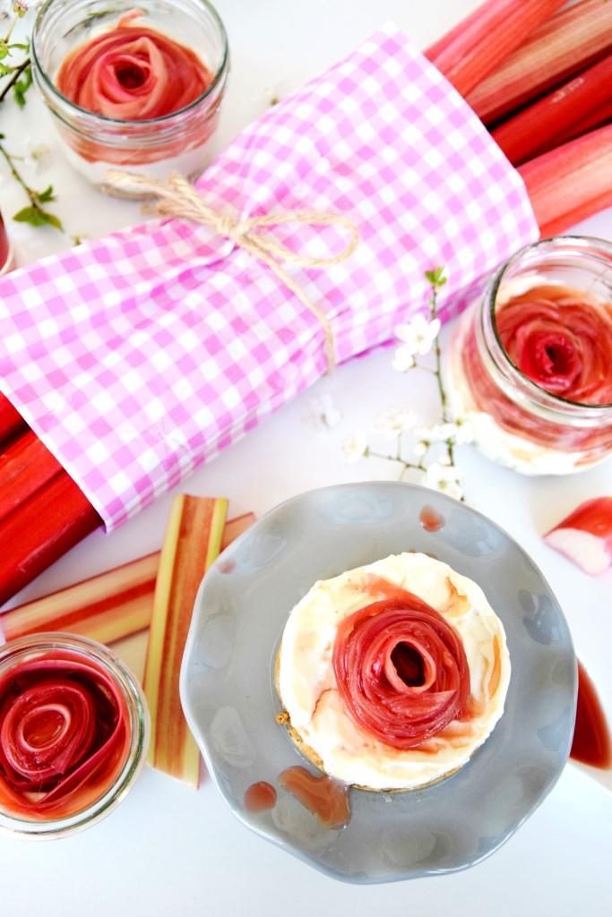 No Bake Cheesecake im Glas mit Rhabarber Rose - Easy peasy Rezept im Frühling - Unterfreundenblog