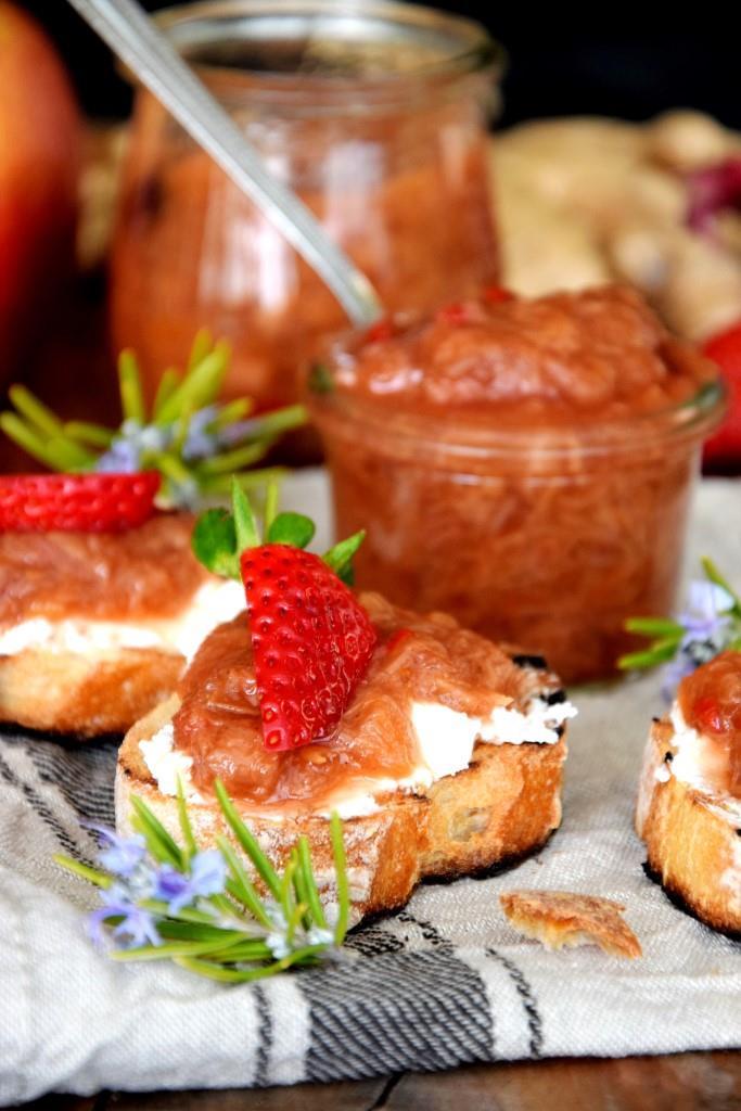 Ziegenkäse-Crostini mit Rhabarber-Chutney und Erdbeeren - Unterfreundenblog
