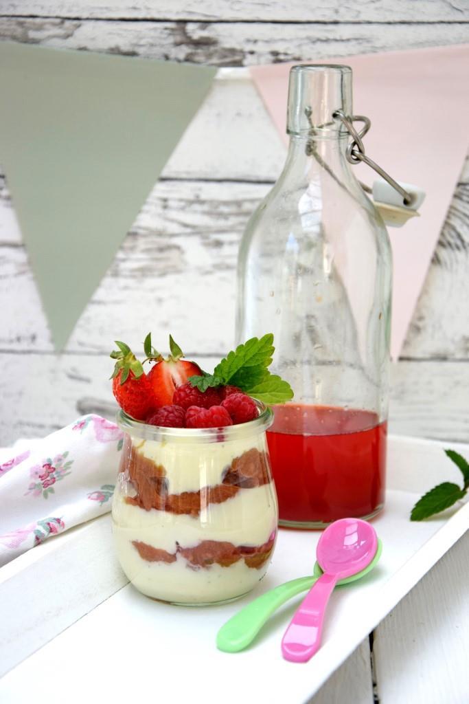 Rhabarberkompott mit Vanillejoghurt und Beeren