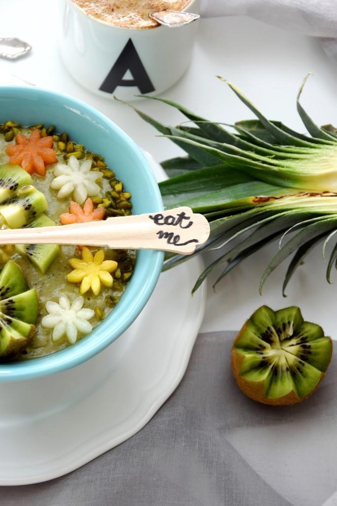 Unterfreundenblog / Green Smoothie Bowl mit Holzlöffel