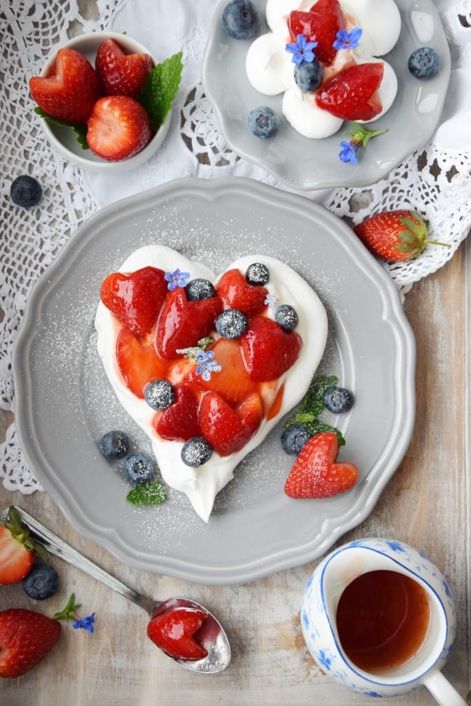 Pavlova Heart with Strawberries and Blueberries - Unterfreundenblog
