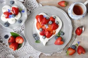 Zum Muttertag oder Valentinstag: Pavlova Herz und Blumen mit Erdbeeren