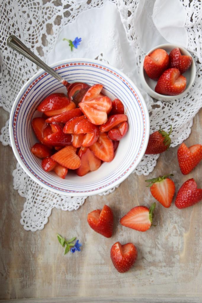 Pawlova-Herzen und -Blumen mit Erdbeersalat - Unterfreundenblog