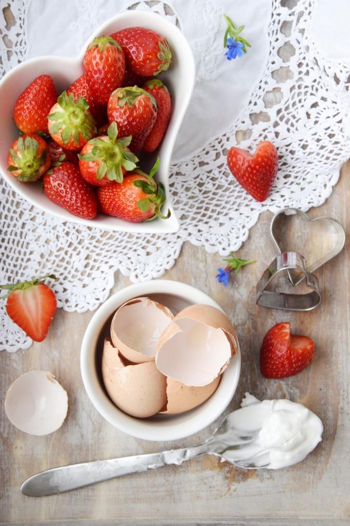 Pavlova-Herz und Pavlova-Blumen mit Erdbeeren - zum Muttertag oder Valentinstag