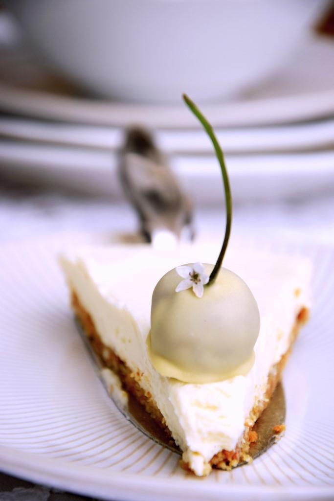 Käsekuchen ohne Backen aus weißer Schokolade mit weißen Kirschen - Dessert für Diner en Blanc / White Picknick - Unterfreundenblog