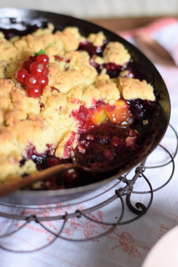 Crumble mit Sommerfrüchten, Brombeeren, Blaubeeren, Johannisbeeren und Pfirsichen