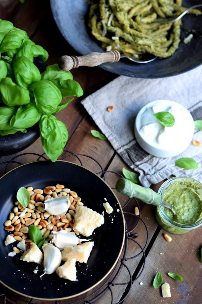 Große Pestoliebe! Zutaten für ein cremiges Basilikum-Pesto mit Joghurt - Unterfreundenblog