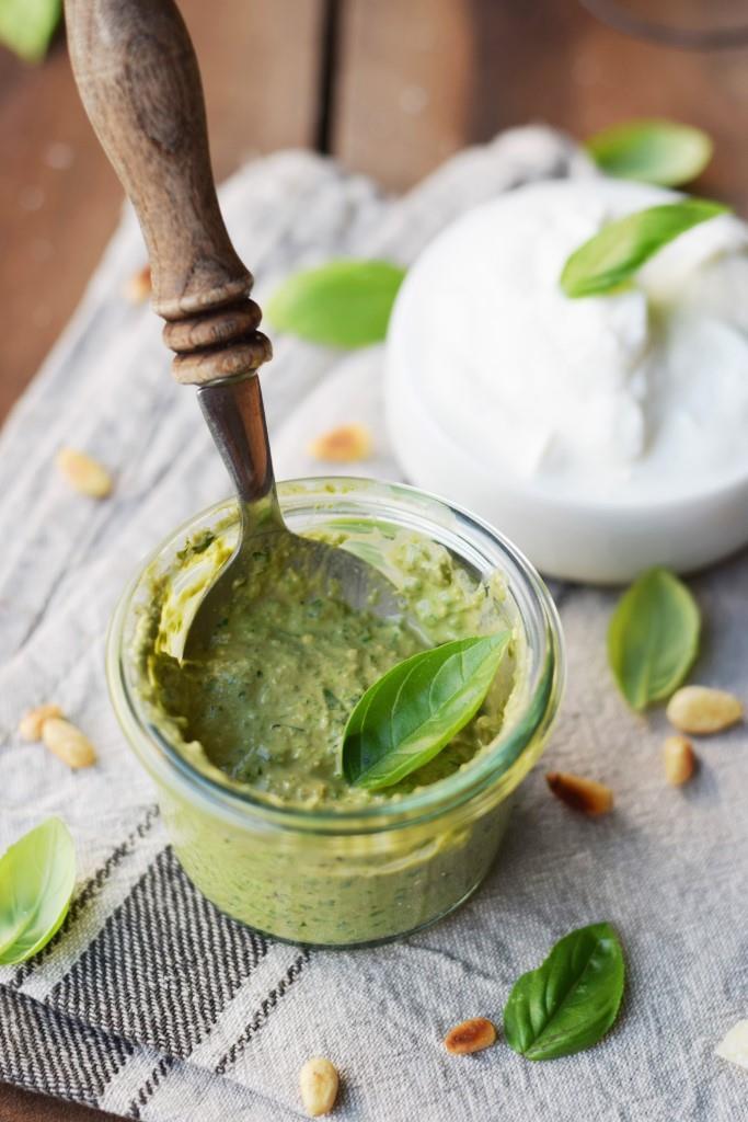 Große Pestoliebe: Leichtes Basilikum-Pesto mit Joghurt - Rezept Unterfreundenblog