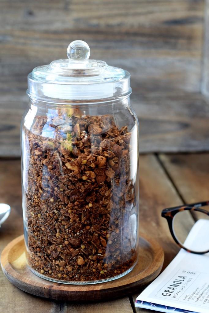 Selbstgemachtes Schokoladenmüsli Granola mit Buchweizen
