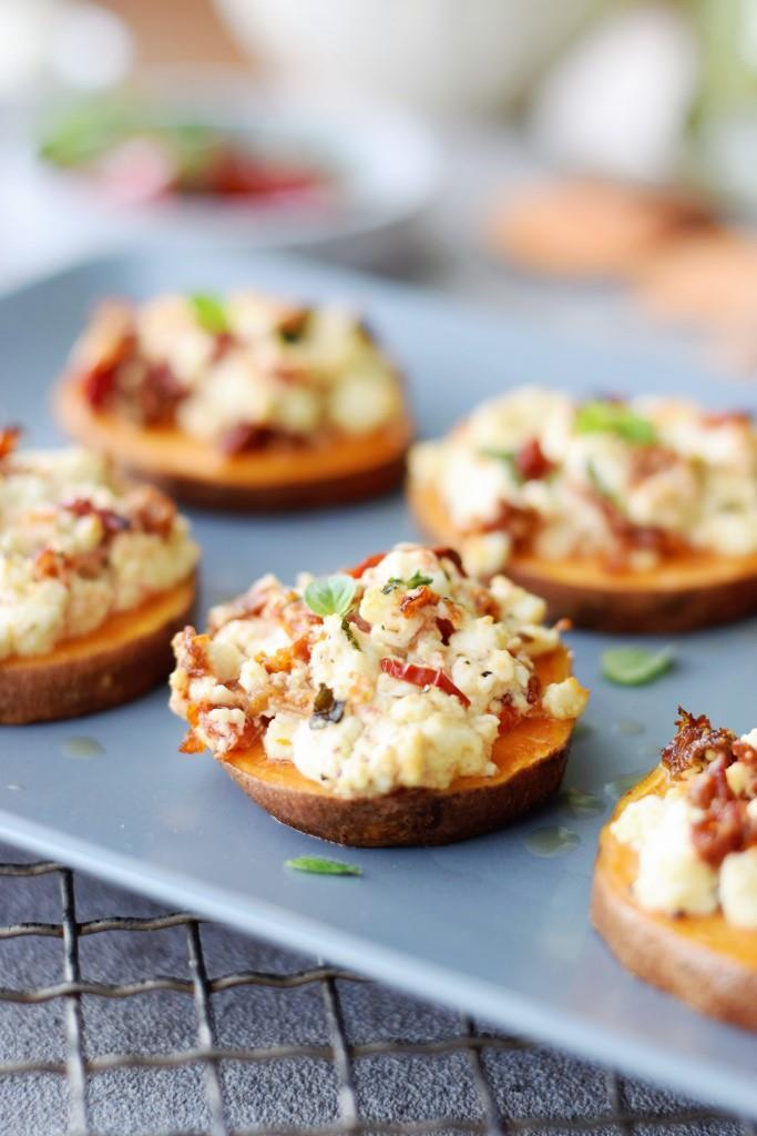 Mhhhmmm! Dieser Duft! Frisch aus dem Ofen schmecken die Süßkartoffel-Feta-Scheiben besonders lecker!