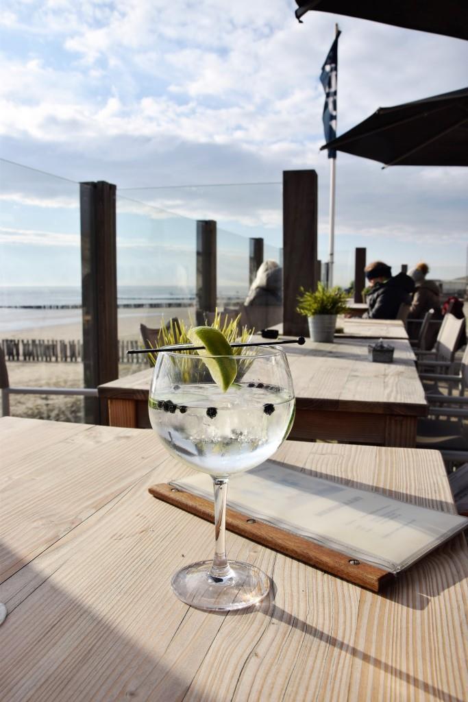 Gin Tonic mit Meerblick - so lässt es sich gut aushalten