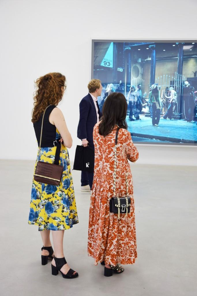 Girls in Museum in der Ausstellung des Fotokünstlers Jeff Wall
