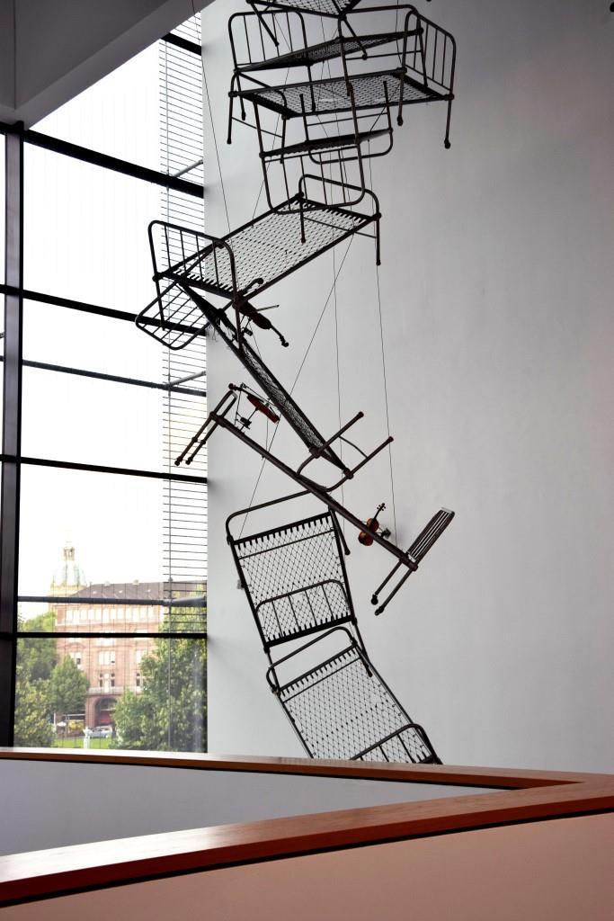 Mittagsschlaf? Die hängenden Bettgestelle von Rebecca Horn / hanging beds