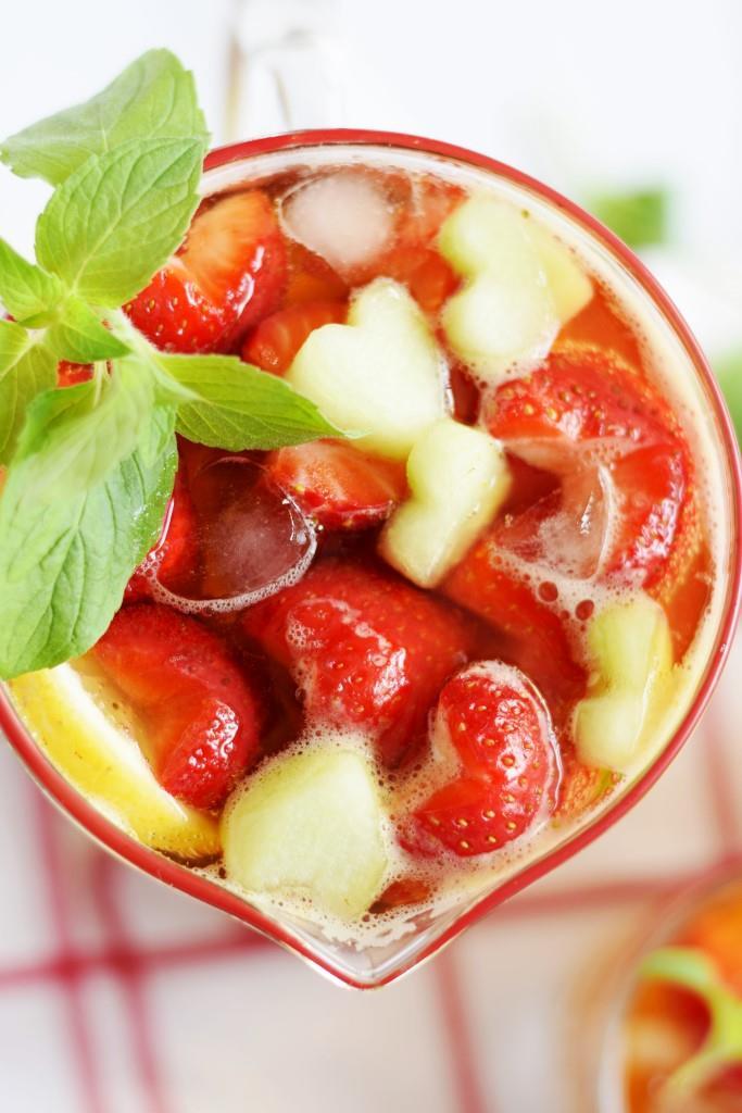 Mehr Herz geht nicht! Der Erdbeer-Pimms-Cup mit Melonenherzen, Erdbeerherzchen und Herz-Eiswürfeln - LOVE
