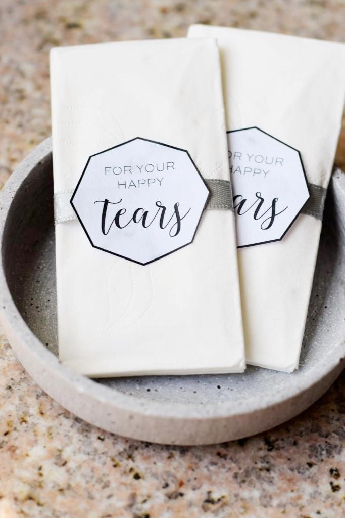 For your happy tears / nur für Freudentränchen! Die Taschentücher liegen bereit für die Hochzeit des Jahres