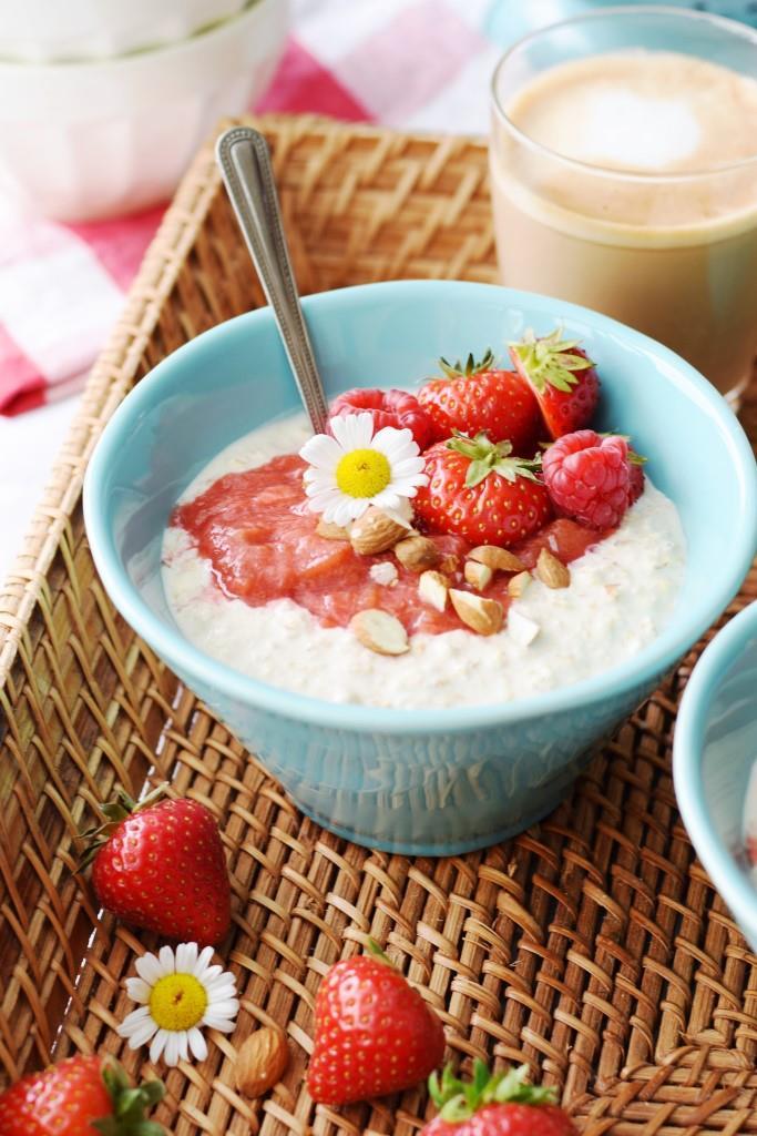 Das Frühstück, das sich über Nacht selbst zubereitet - Overnight Oats - so lecker mit Rhabarber-Erdbeer-Kompott