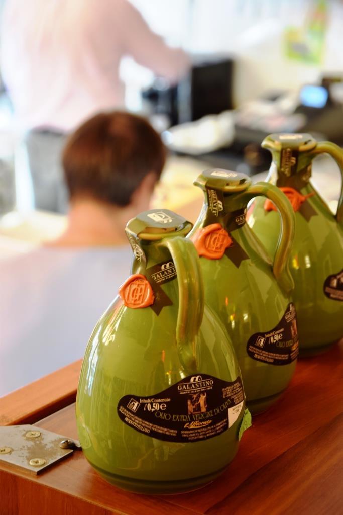 Olivenöl in bauchigen grünen Krügen