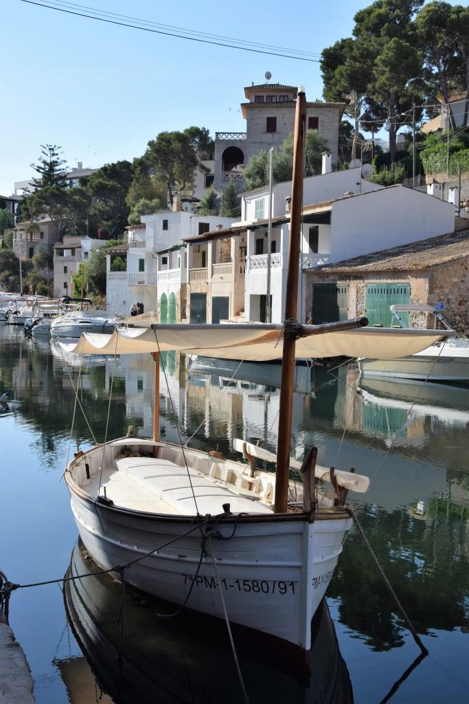 Fischerboot im kleinen Naturhafen von Cala Figuera