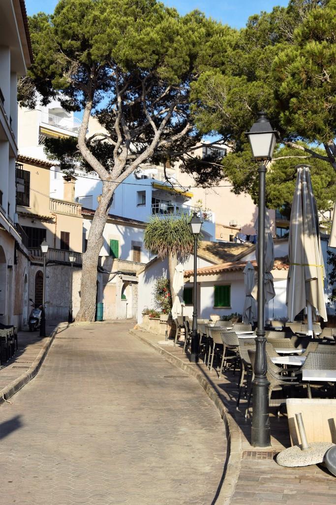 Am Morgen menschenleer - die Straßen und Restaurants von Cala Figuera