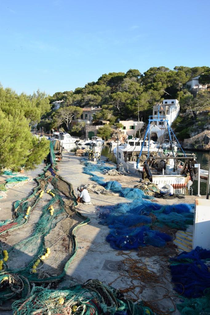 Die fleißigen Fischer bei der Arbeit - im Hafen von Cala Figuera