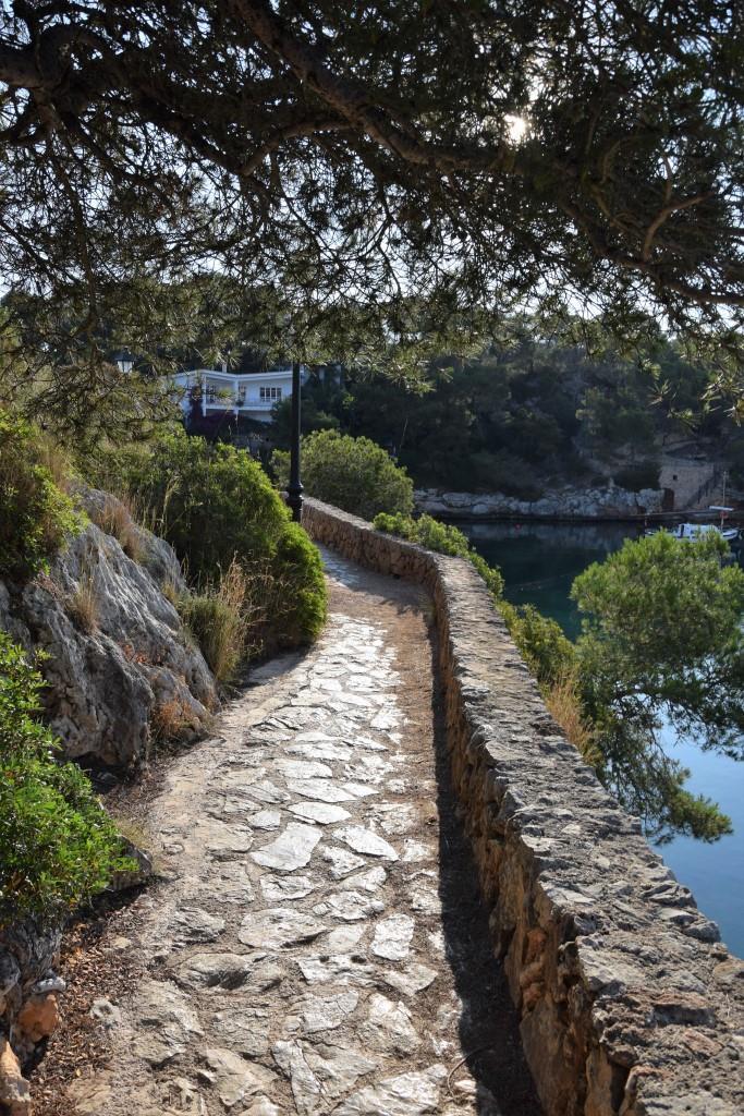 Der Weg und die alte Natursteinmauer, die rund um den Hafen führen