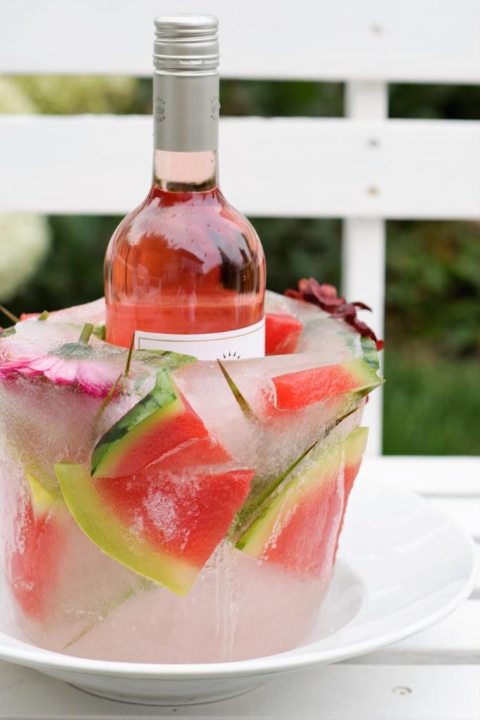 Der Weinkühler aus Eis hält ein paar Stunden durch!
