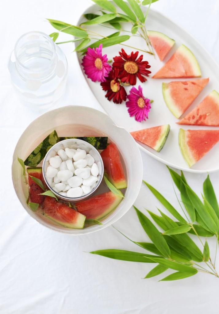 Schritt 1: Zwei Gefäße ineinander stellen, Zwischenraum mit Früchten und Blättern füllen, Wasser dazugeben