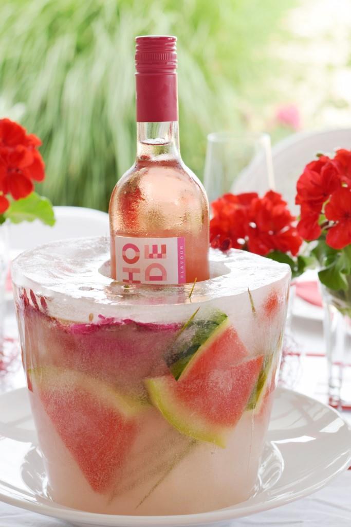 Nochmal in Großaufnahme: Der Weincooler aus Eis mit eingefrorenen Wassermelonen-Stücken und Blumen