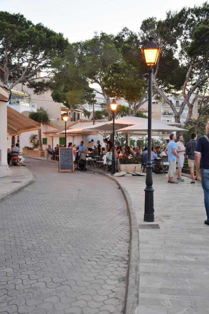 Abendstimmung in den kleinen Restaurants von Cala Figuera