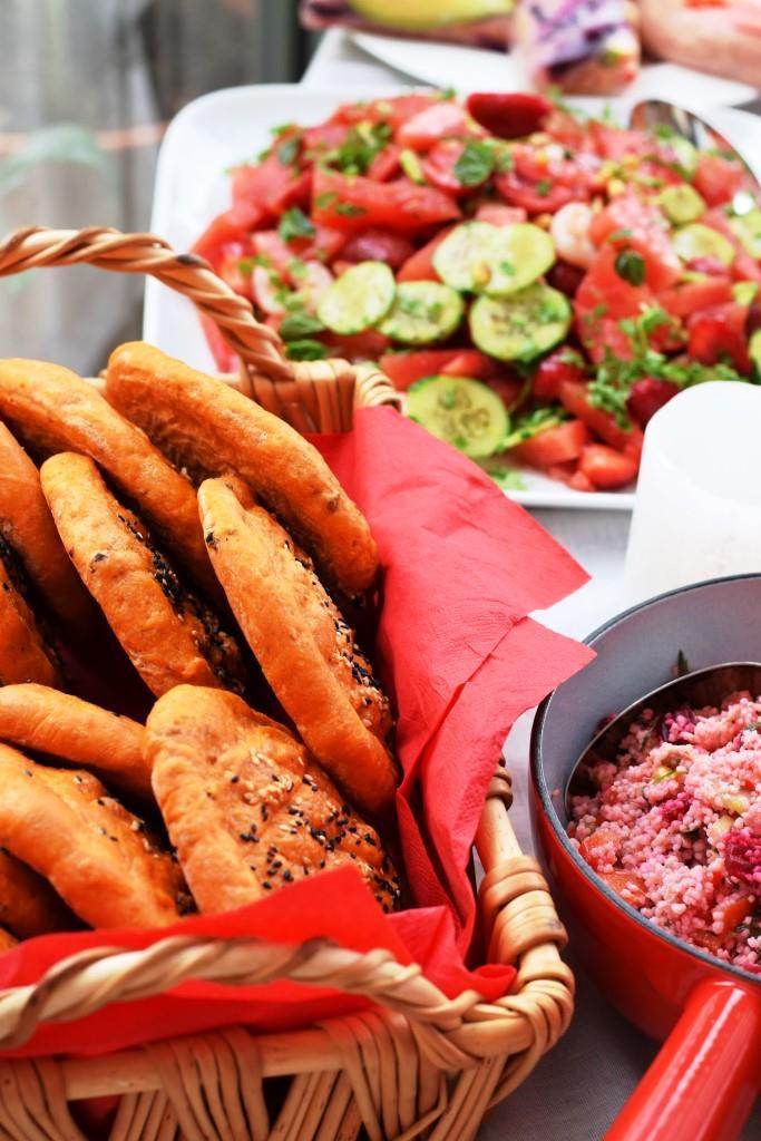 Ein kleiner Teil des Red Dinner-Buffets: Tomaten-Pide, Rote-Beete-Couscous-Salat, Melonen-Gurken-Shrimps-Salat