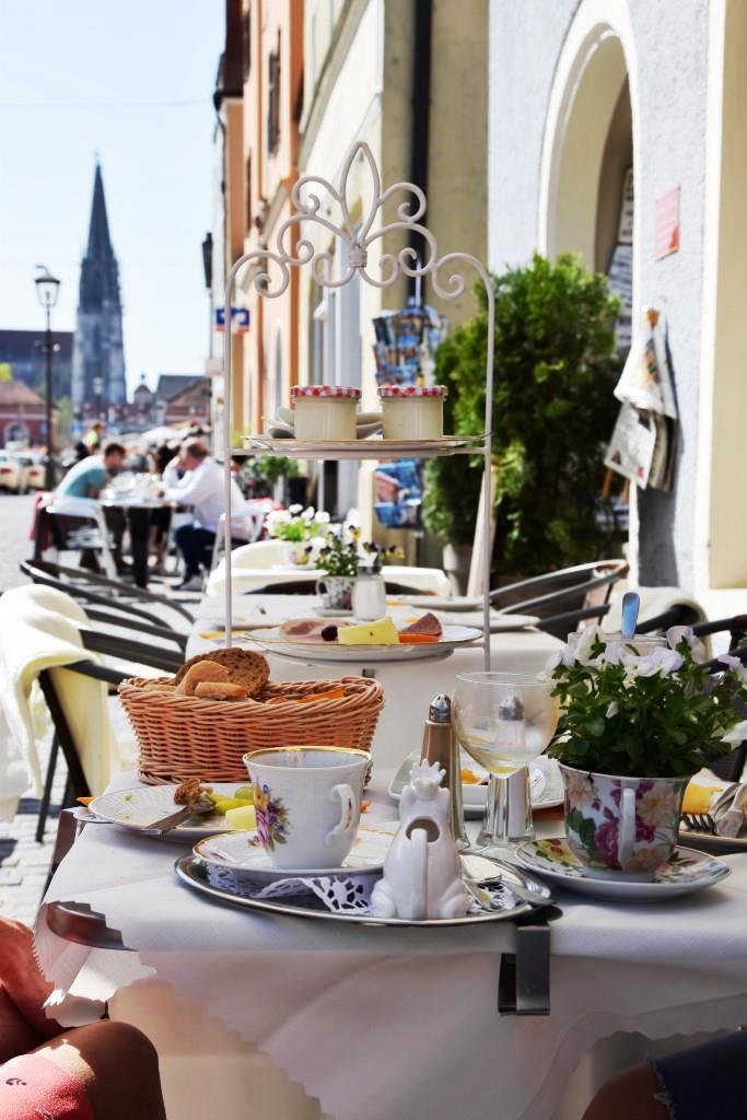 Eine der schönsten Frühstücks-Adressen in Regensburg - das Café Coming Home in Stadtamhof - mit Domblick!