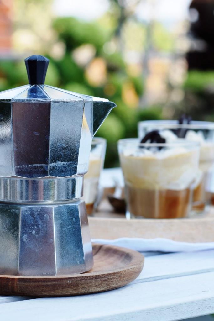 Köstliche und schnelle Erfrischung an heißen Tagen - selbstgemachter Oreo Affogato, ein italienischer Eiskaffee mit Keks