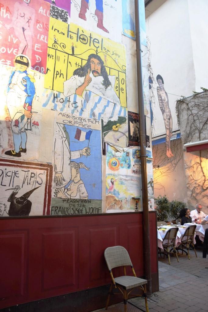 Ein Must-See - der die bunte Wandgestaltung im Hinterhof des Restaurant Orphee