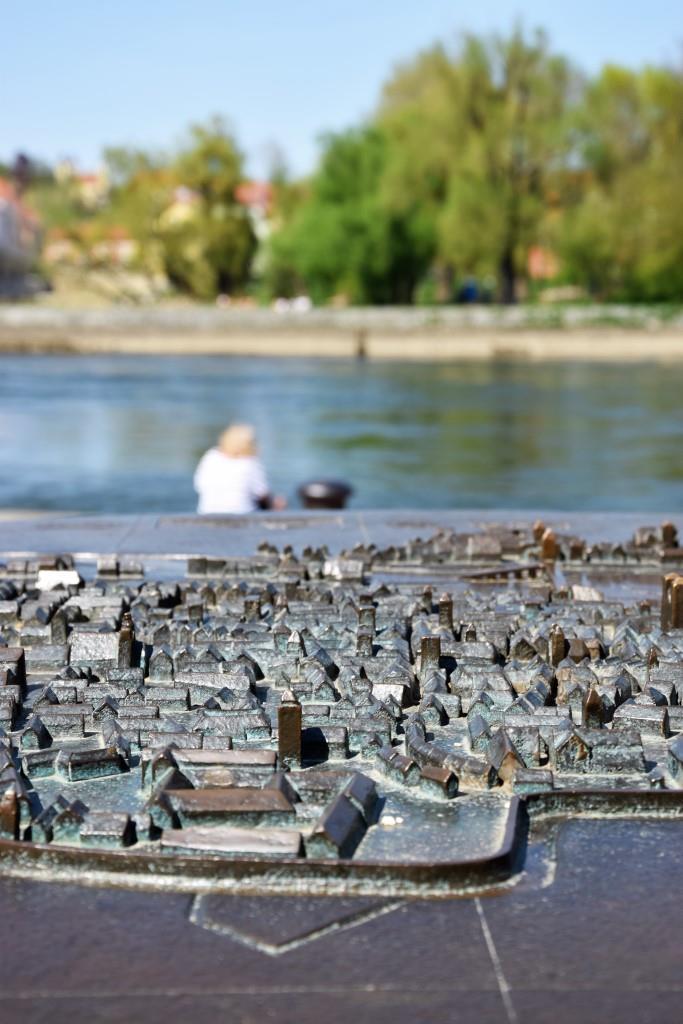 Regensburg als Miniatur-Bronze an der Donau