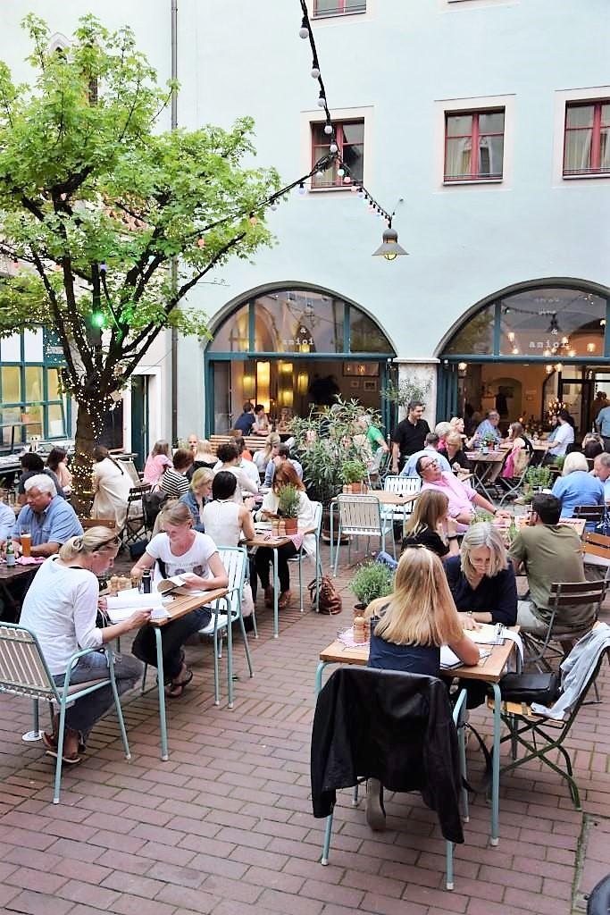 Im schönen Innenhof des Amore, Vino & Amici in Regensburg