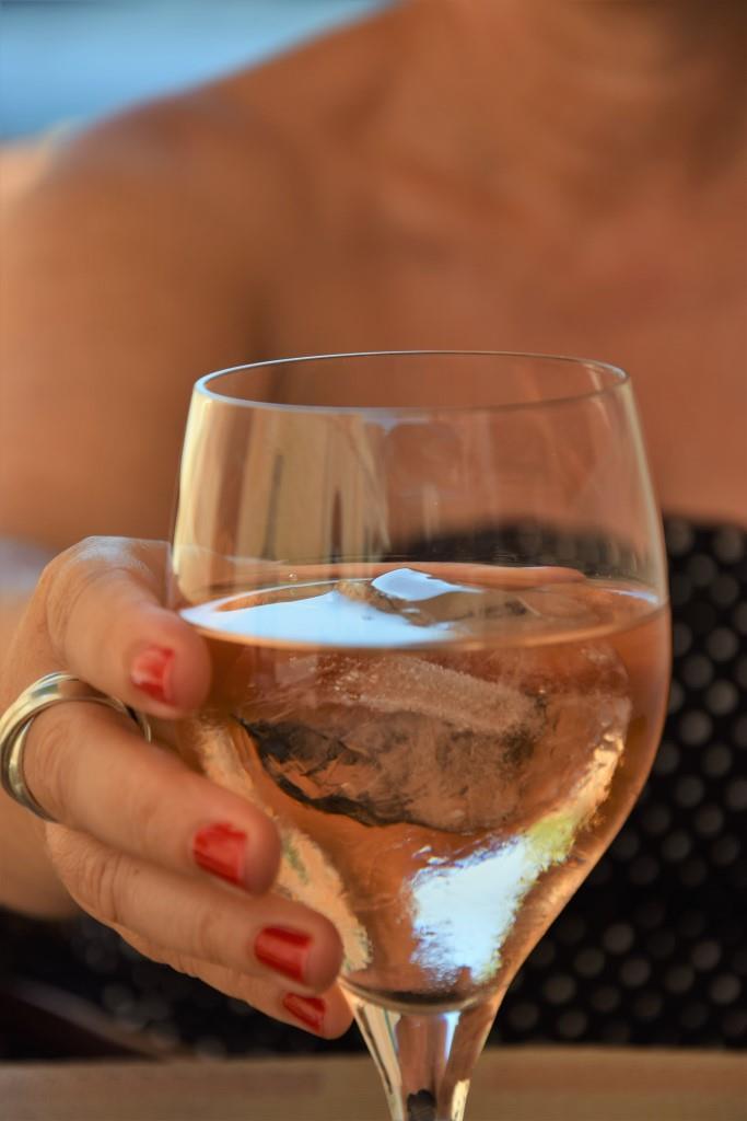Sommergetränk Rosé auf Eis