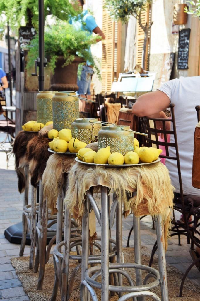 Wow-Deko vor einem Straßencafé in Santanyi, Mallorca