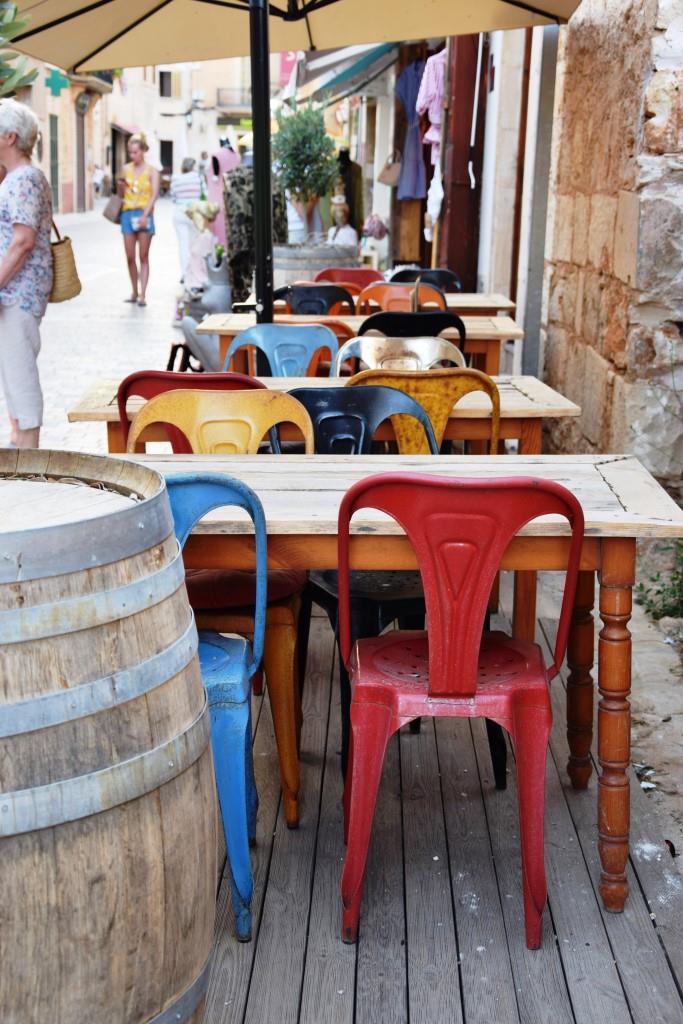 Einmal Kaffee und die Stühle, bitte!