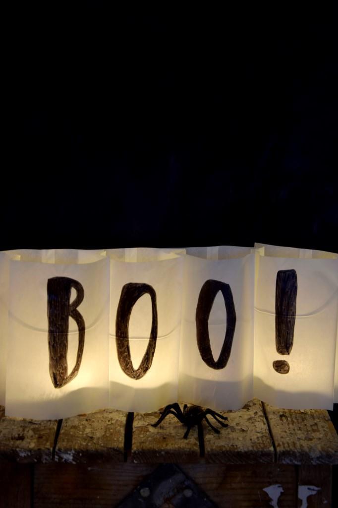 BOO! Die Windlichter aus Brottüten leuchten so schön in der Halloween Nacht