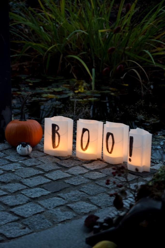 Auch vor der Haustür ein Blickfang - die Papier-Laternen aus Brottüten als Windlichter zu Halloween