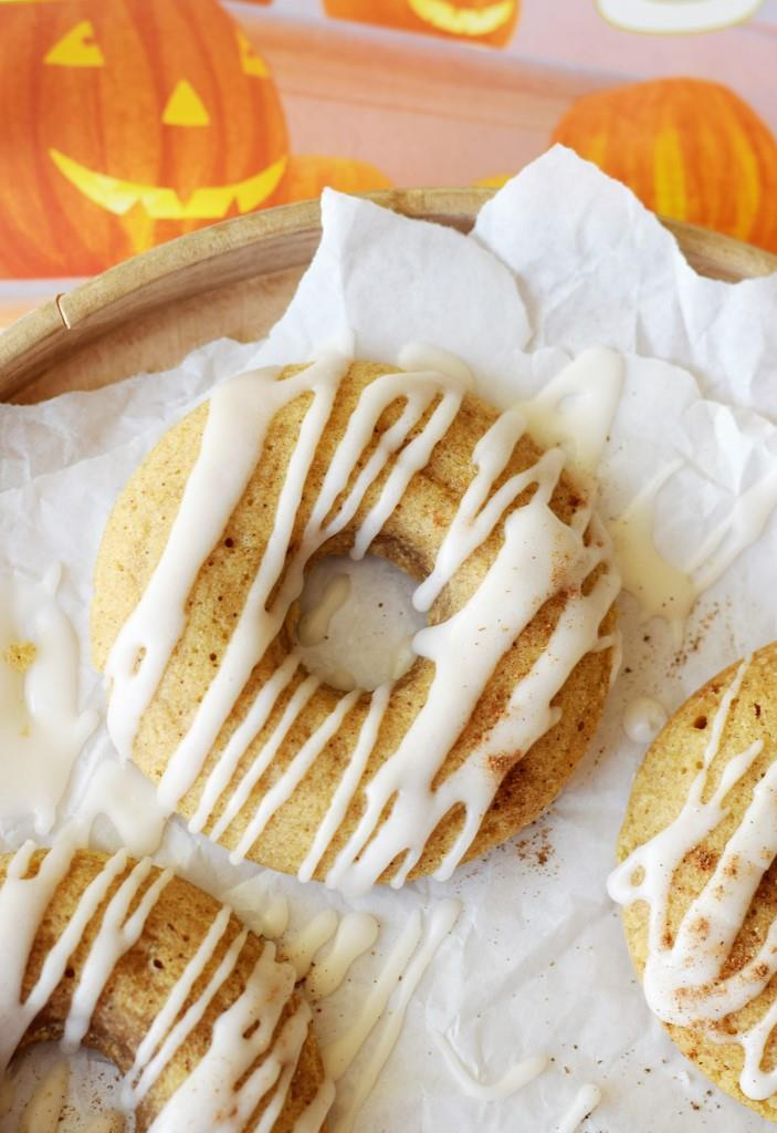 Da lachen sogar die Kürbisse - leckere Kürbis-Donuts aus dem Ofen mit würziger Chai-Glasur, vegan