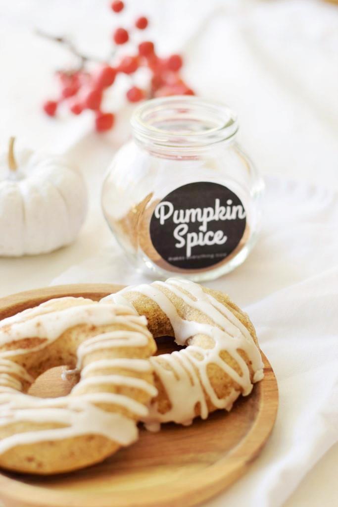 Pumpkin Spice makes everything nice - auch die köstlichen Kürbis-Donuts aus dem Ofen