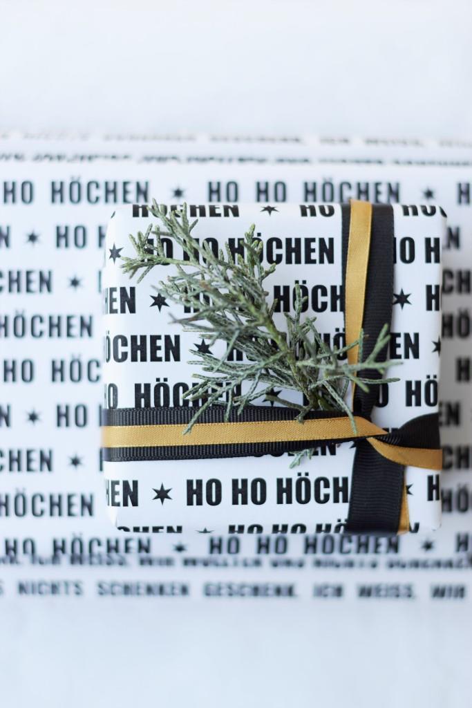 Ho Ho Höchen - für mehr Spaß unterm Weihnachtsbaum - monochrom Geschenkpapier schwarz weiß zum Ausdrucken