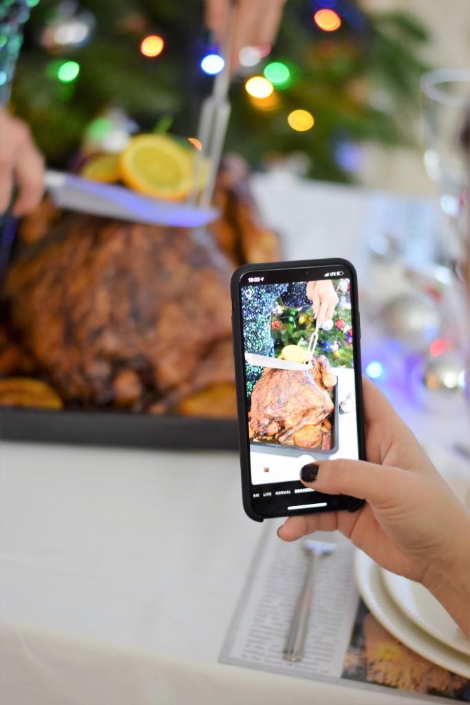 Das Tranchieren des Turkeys wird natürlich im Bild festgehalten