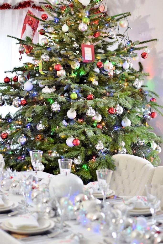 Tischdeko und geschmückter Weihnachtsbaum beim New York Christmas Dinner der Rhein-Neckar-Blogger