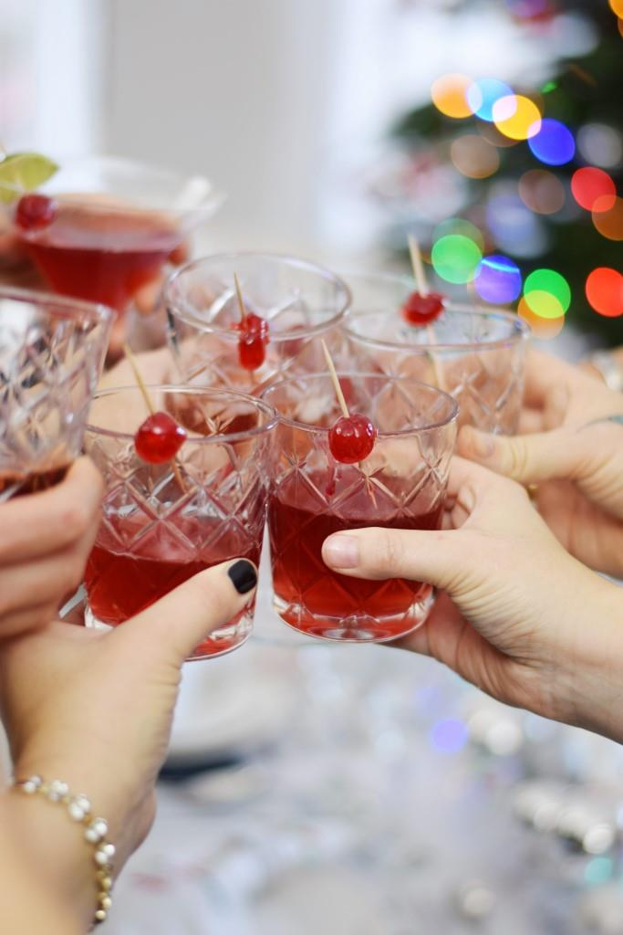 Cheers! Happy Holidays mit Cranberry Martinis beim New York Christmas Dinner