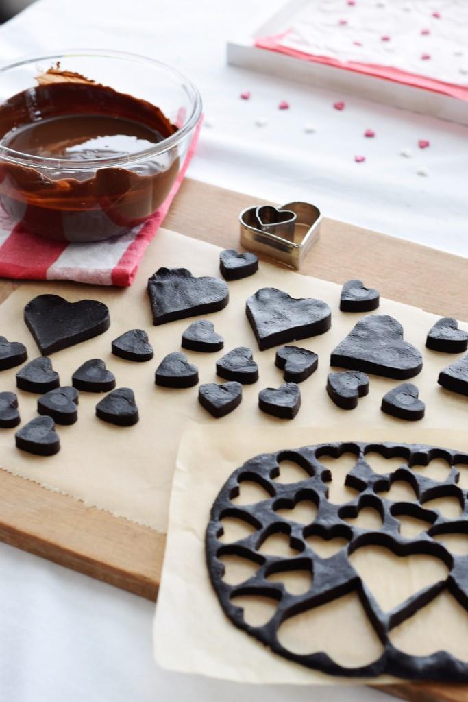 3, 2, 1 ... LOVE! Herzchen ausstechen, in flüssige Schokolade tunken - fertig!