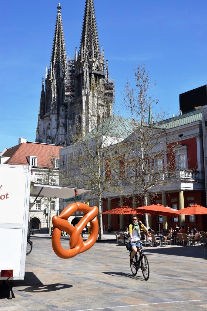 Radln in Regensburg - vorne die Brezel - hinten der Dom