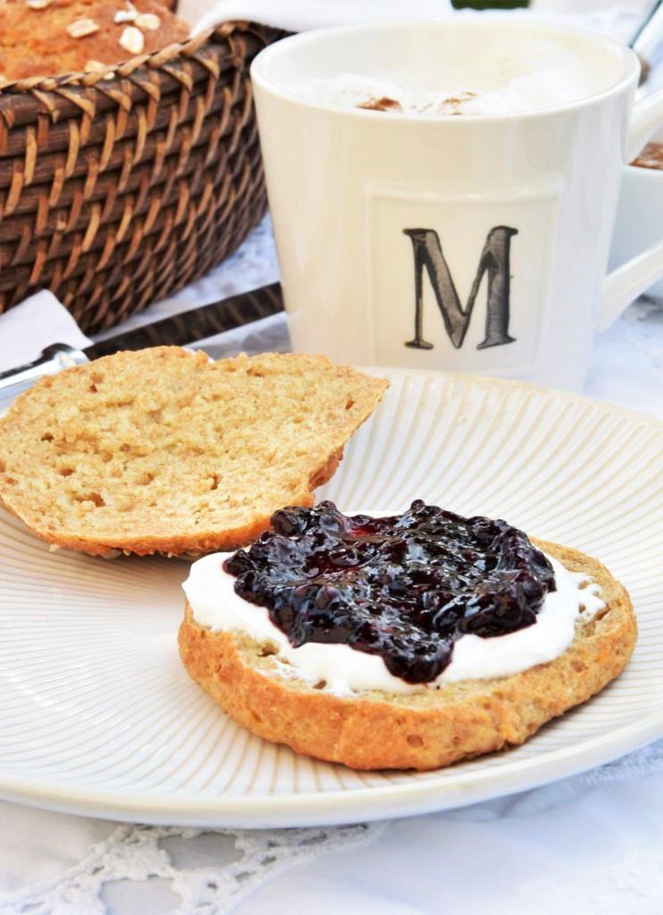 Marmeladenbrötchen Frühstück weißes Geschirr